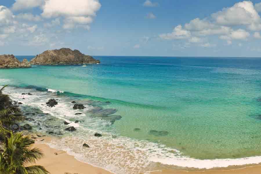plage de sable doré et mer turquoise, ernando da Noronha