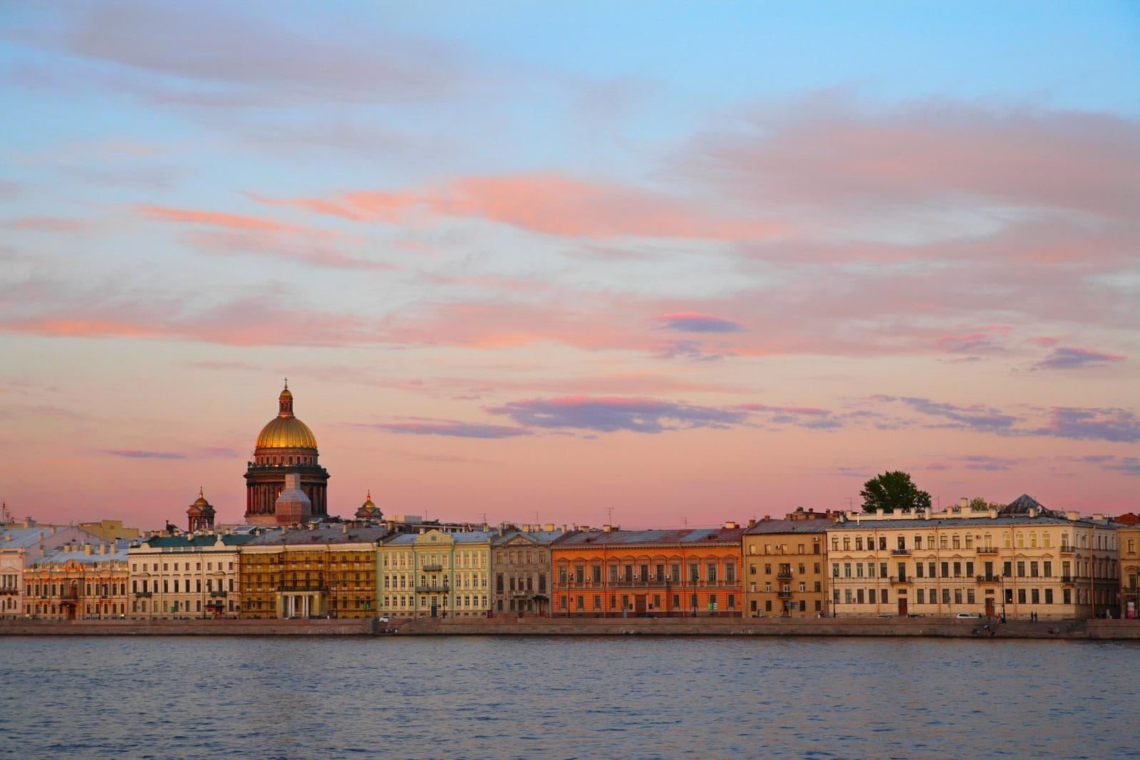Tourisme : Russie, panorama sur Saint-Pétersbourg et la cathédrale Saint-Isaac depuis les rives de la Neva au coucher du soleil