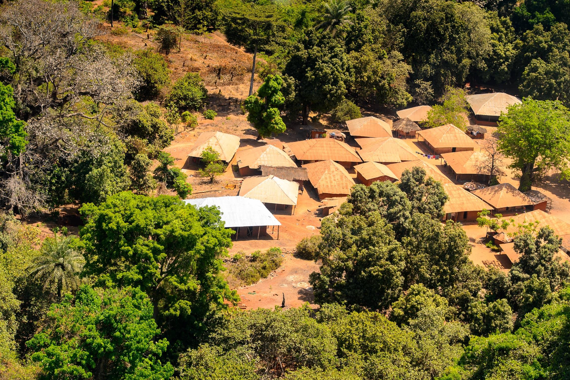 Village africain entouré de forêt tropicale