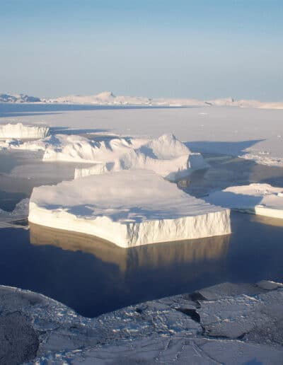 Polar expedition into the Arctic sea ice