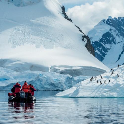 Tourisme : Nouvelle-Calédonie, vue rapprochée sur le lagon turquoise avec l'île du pin en arrière plan