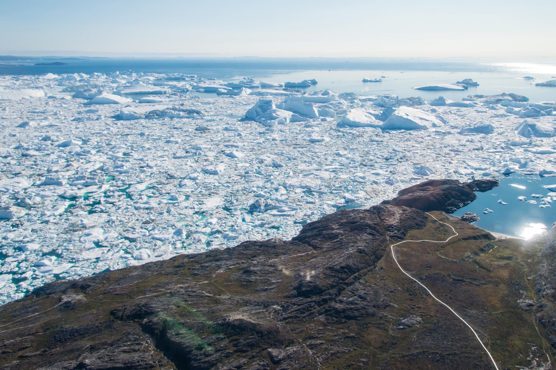 Vue sur la mer recouverte de morceaux de glace et d'icebergs